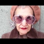 84 de ani și peste 70 de perechi de ochelari