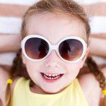 Trebuie sau nu să poarte copiii ochelari de soare?